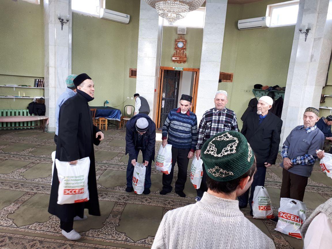 Али хәзрәт Багаутдинов 13 бабайга бәясе 1000 сумга якын күчтәнәчләр таратып чыкты